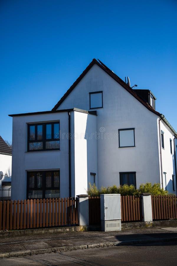 现代唯一房子在慕尼黑,蓝天 免版税图库摄影