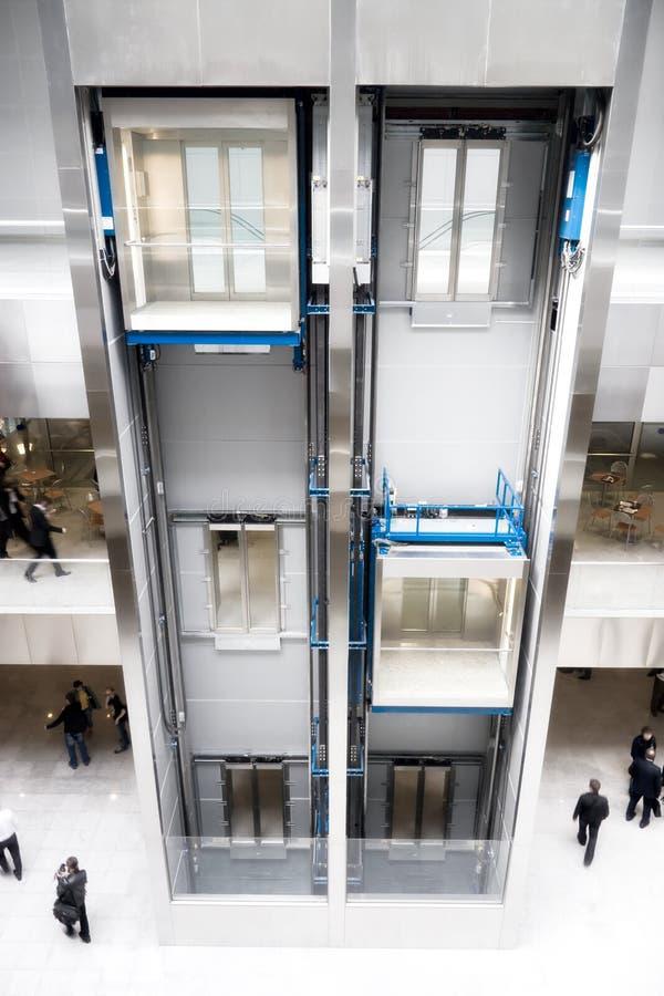 现代商务中心的电梯 库存照片