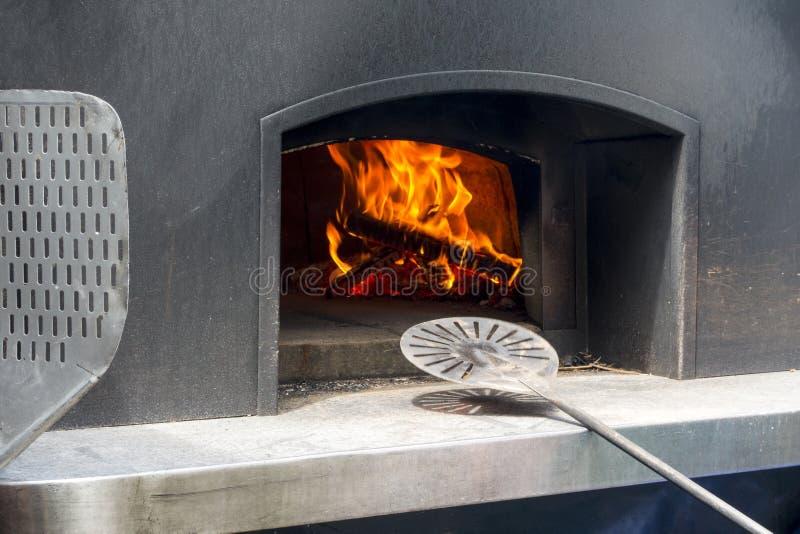 现代商品级钢木烤箱和传统意大利烹调与热保留的被绝缘的圆顶 免版税库存照片