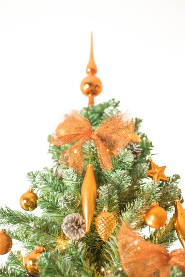 现代圣诞树上面与在白色背景-隔绝的古铜色装饰的 免版税图库摄影