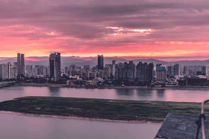 现代城市淦河Nightscape的双方  库存图片