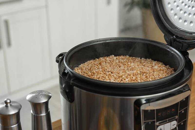 现代多烹饪器材用可口热的荞麦在厨房里 库存照片