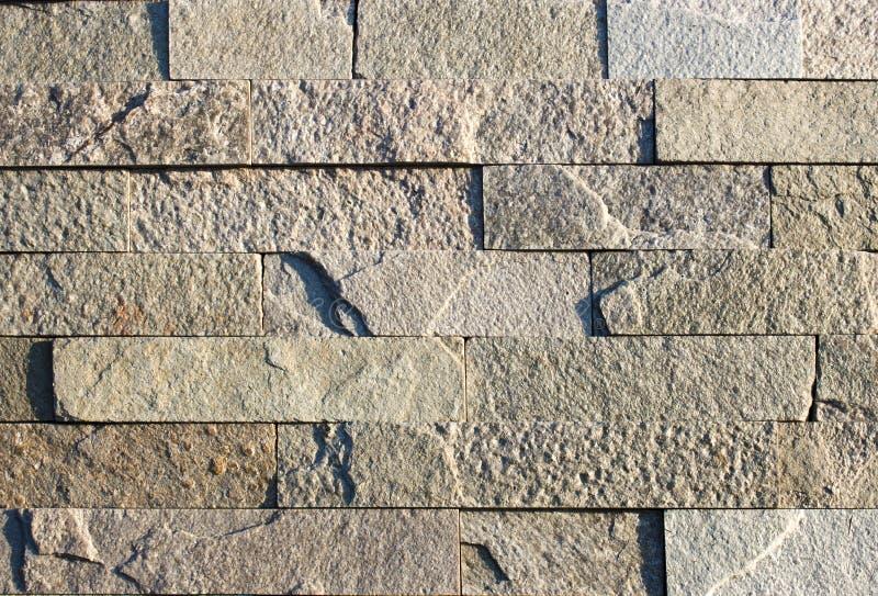 现代多颜色石头,板岩石灰华用于背景的砂岩墙壁 免版税库存图片