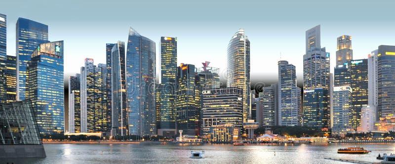 现代大厦和光在海和抽象建筑学和夜地平线在新加坡 免版税库存图片