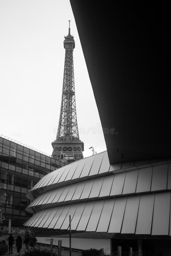 现代大厦和埃菲尔铁塔在背景中在黑白 库存图片