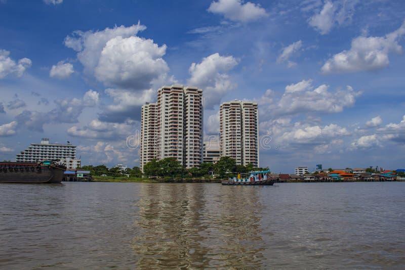 现代大厦和昭披耶河在晚上 红绿灯乘小船曼谷泰国 库存图片