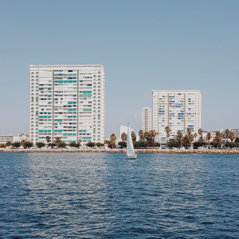 现代大厦在海,法国的土伦 库存图片