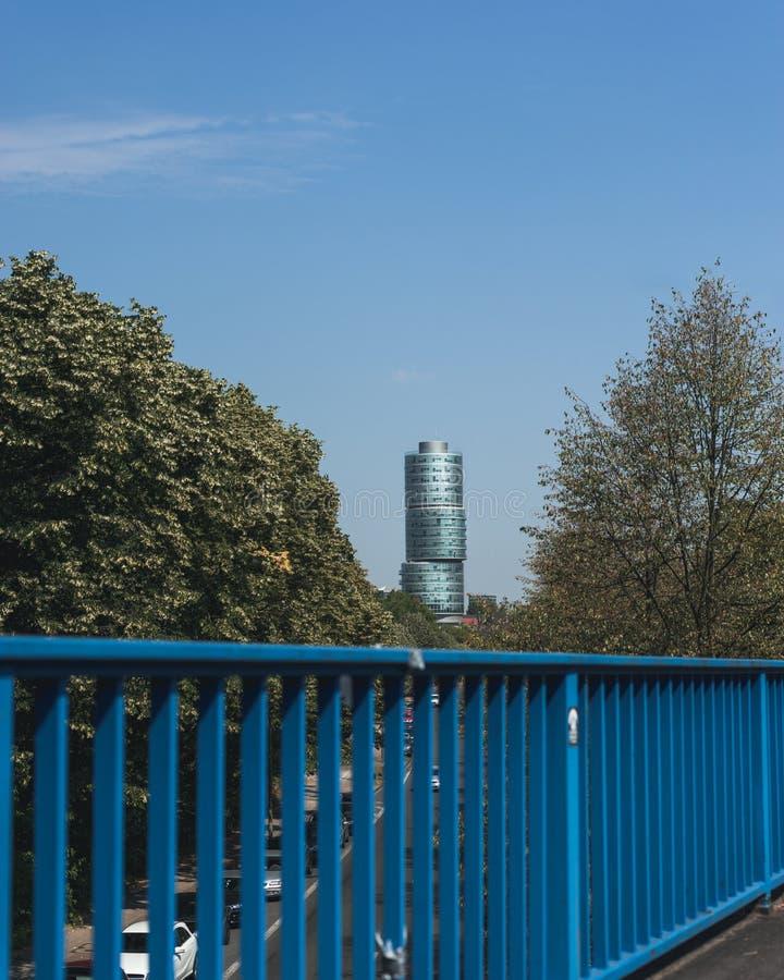 现代大厦看法在蓝天的在波肯德国 库存照片