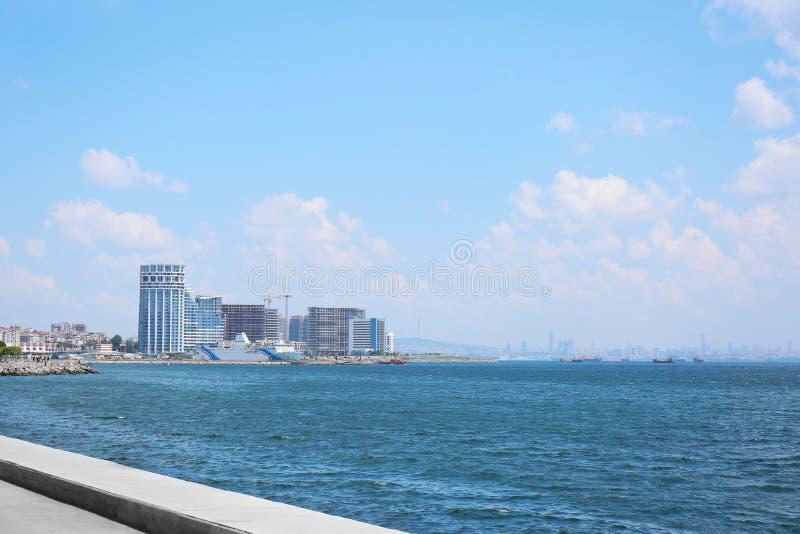 现代大厦美丽的景色临近海 库存照片