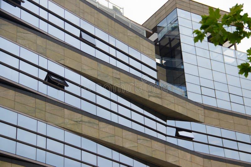 现代大厦设计建筑学,全新的公寓,不动产 免版税库存图片