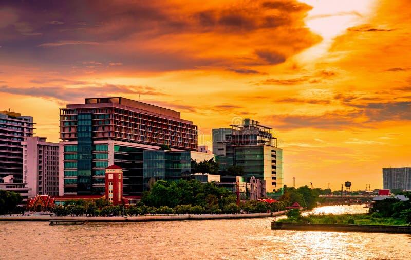 现代大厦都市风景在河附近的在日出的早晨 现代建筑学办公楼在泰国 库存照片