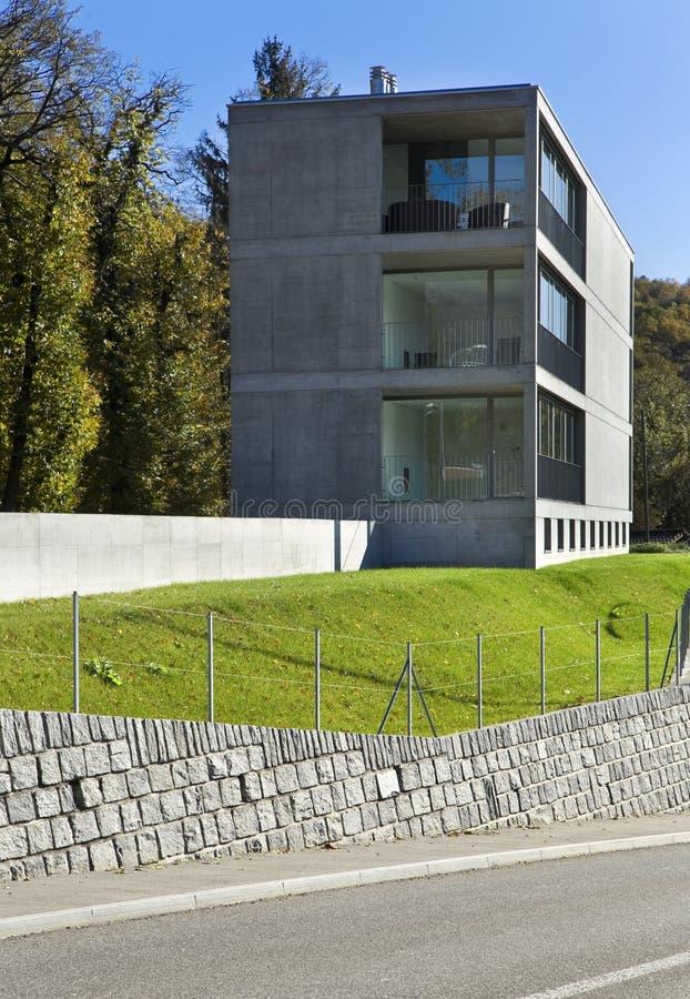 现代大厦,从庭院的看法 免版税库存照片