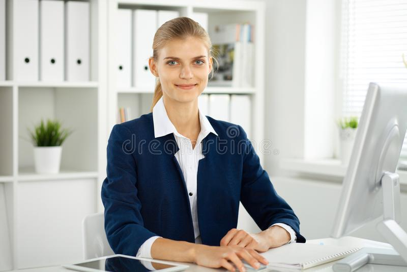 现代女商人或确信的女性会计在办公室 在检查准备期间的学生女孩 审计,税服务 免版税库存照片