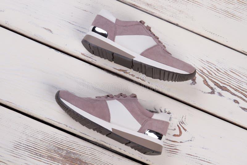 现代妇女` s体育鞋类 免版税库存照片