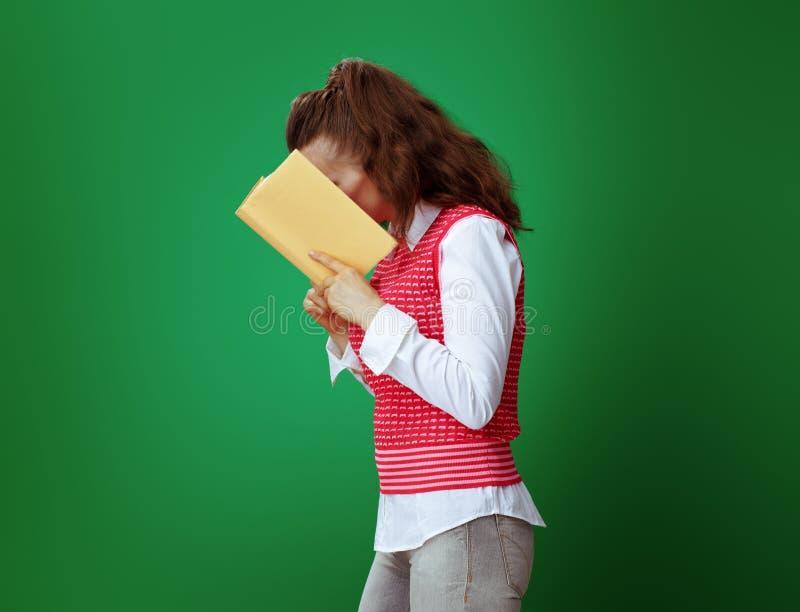 现代学生读了进入与头的黄皮书 免版税库存图片