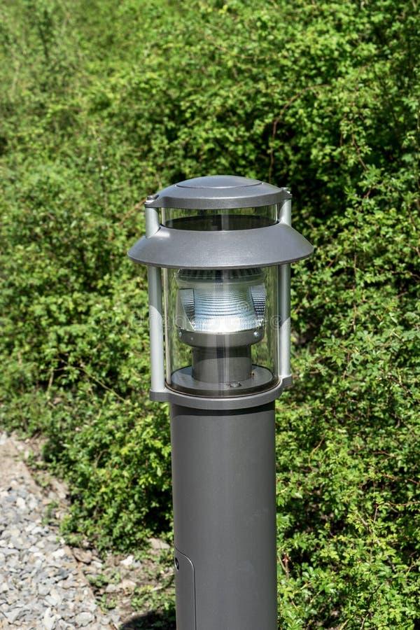现代室外照明设备在公园 库存照片