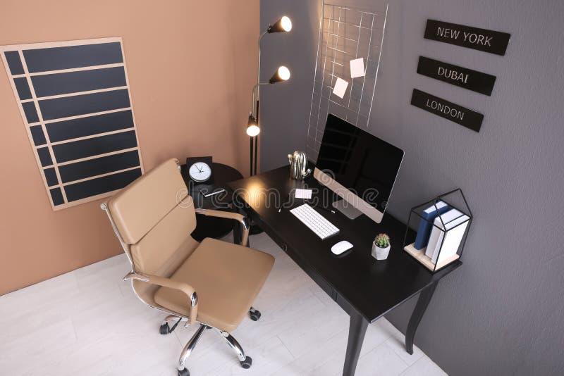 现代家庭办公室内部,看法通过照相机 免版税库存照片