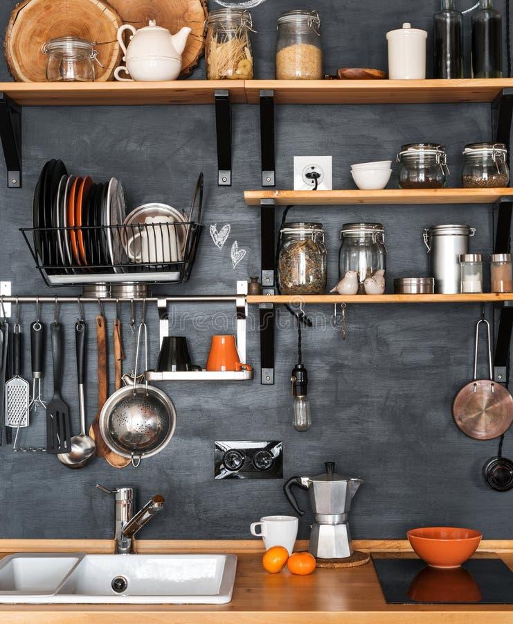 现代家庭厨房的设计顶楼式和铁锈的 免版税库存照片