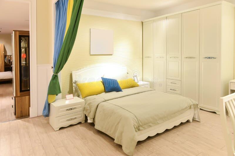 现代家的卧室内部 库存照片