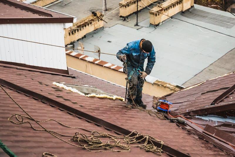 现代屋顶的,建筑业未被认出的工作者 免版税库存图片