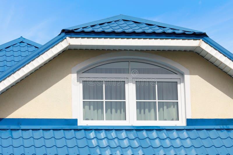 现代屋顶蓝色金属屋顶和天窗 库存照片