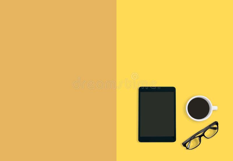 现代工作区概念 一杯咖啡、眼睛玻璃和片剂在黄色乳蛋糕淡色背景与拷贝空间 库存例证
