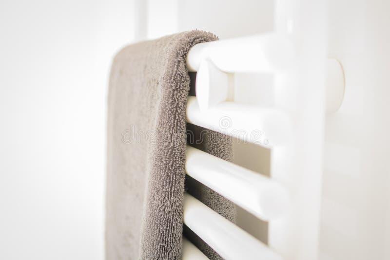 现代干净的白色卫生间-毛巾和热化 库存图片