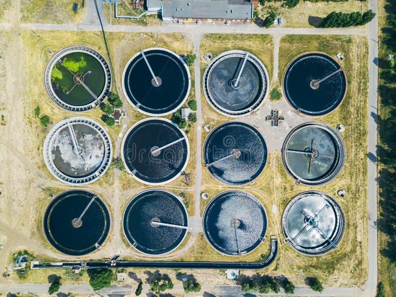 现代废水处理植物,从寄生虫,沈降槽圆的形式的顶视图 免版税库存图片