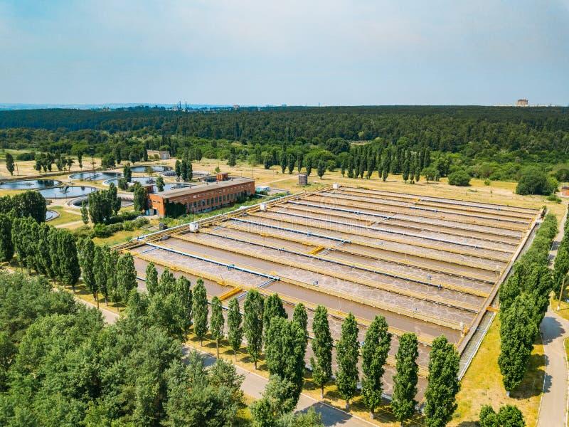 现代废水处理植物 通风和污水的生物洗净的,从寄生虫的鸟瞰图坦克 免版税库存图片