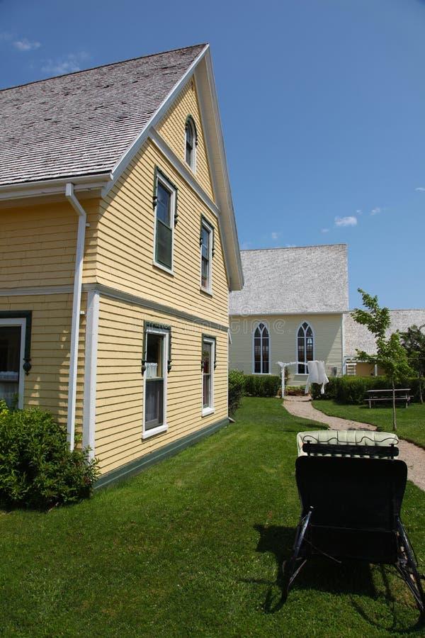 现代庭院的房子 免版税库存图片