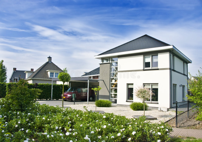 现代庭院的房子 免版税图库摄影