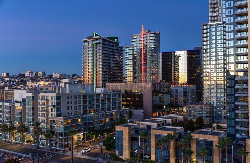 现代建筑学在街市圣地亚哥,黄昏的加利福尼亚面对海湾 库存图片