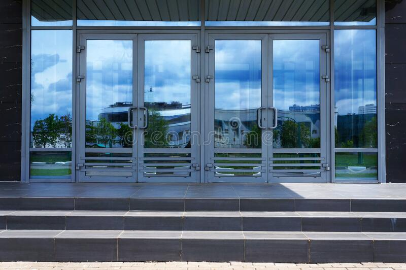 现代建筑的入口门 库存照片