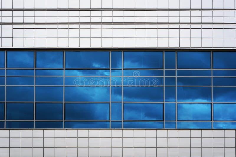 现代建筑的立面 蓝天在窗户中的反射 图库摄影