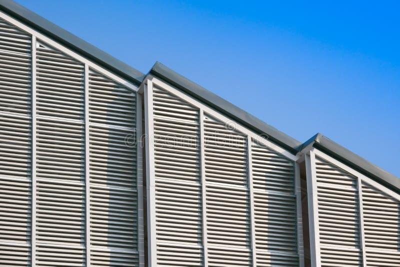 现代建筑结构和钢屋顶,铝栖所垂直条纹 图库摄影