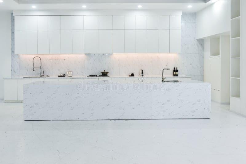 现代开放厨房 免版税图库摄影