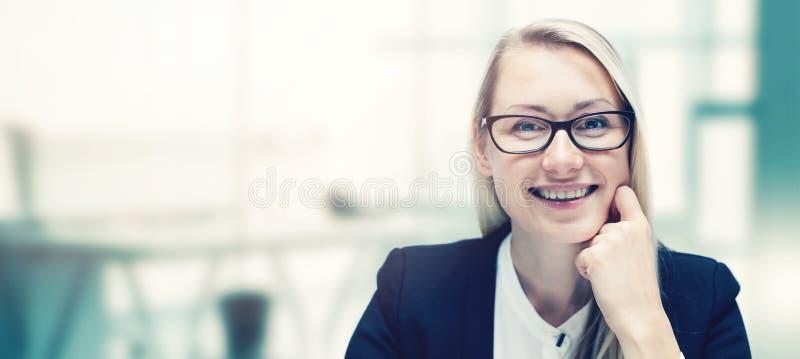 现代微笑的女商人在办公室 库存照片