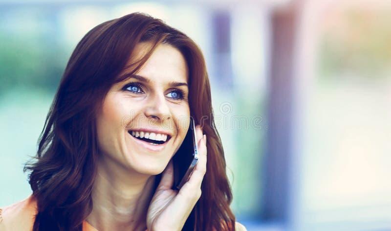 现代成功的女商人办公室谈话在电话 免版税库存照片