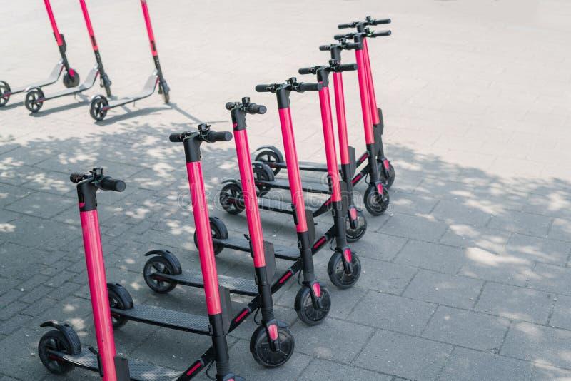 现代户外租的eco电城市滑行车在边路 供选择的旅游业,在城市附近的运输,自行车 免版税库存图片