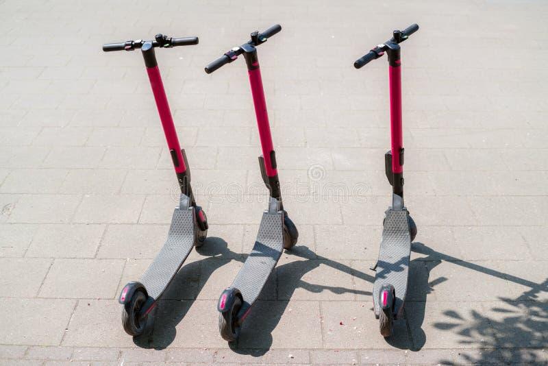 现代户外租的eco电城市滑行车在边路 供选择的旅游业,在城市附近的运输,自行车 库存图片