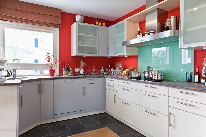 现代房子内部的厨房 免版税图库摄影