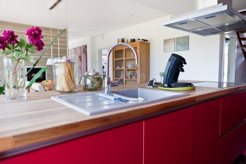 现代房子内部的厨房 免版税库存照片