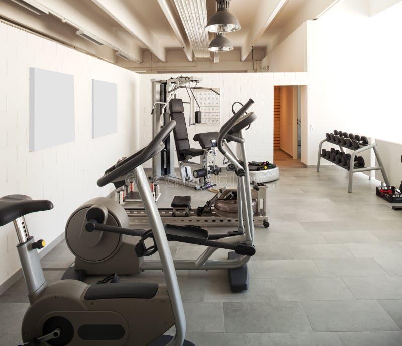现代房子内部,健身区域 库存图片