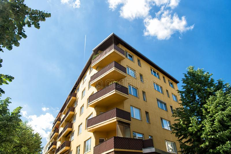 现代房子在柏林,德国 有阳台的之家 建筑学和设计观念 移动向一栋新的公寓 免版税库存照片