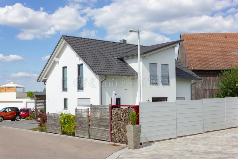 现代房子建筑学在农村乡下春天 免版税图库摄影