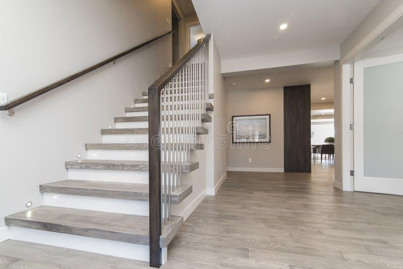 现代房子楼梯和大厅的漂亮照片。一张漂亮的现代房屋楼梯和大厅 免版税库存图片