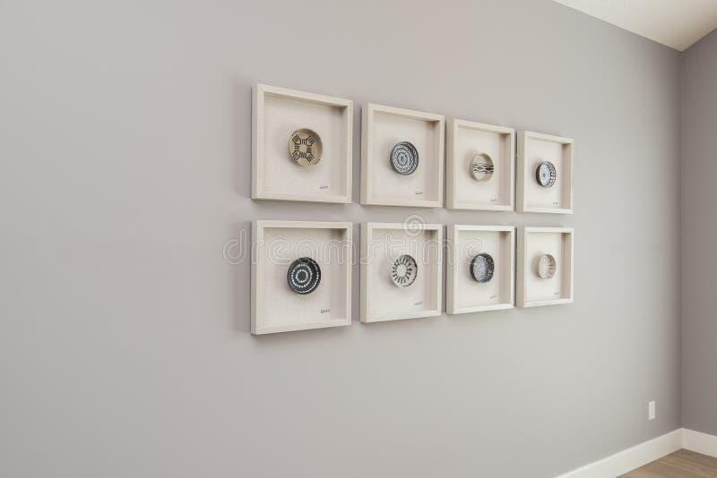 现代房子艺术宽射击在浅灰色的墙壁上的 库存照片