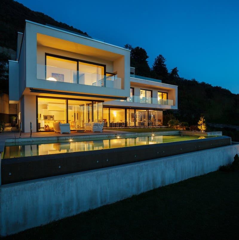 现代房子,有水池的 免版税库存图片