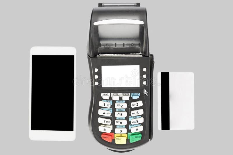 现代技术和购物的网上概念 POS终端、现代巧妙的电话和在灰色背景隔绝的信用卡,展示 免版税库存图片