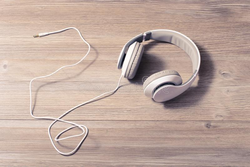 现代技术技术轨道曲调导线爱好休息放松生活方式休闲使休闲tranquile概念变冷 白色headphon 库存照片